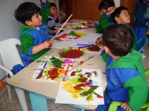 Los pequeños en acción; después de la lectura de un cuento y unas pocas instrucciones y ayudas básicas, los niños juegan pintando y pintan jugando
