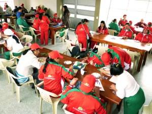 El grupo de estudiantes en su taller de creación