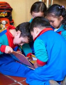 Los niños reunidos en torno al libro y las Artes Plásticas